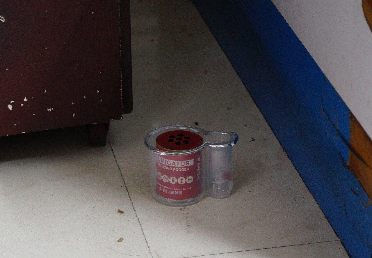 楊姓老闆在1樓及2樓都放水煙式殺蟲劑。記者林伯驊/攝影