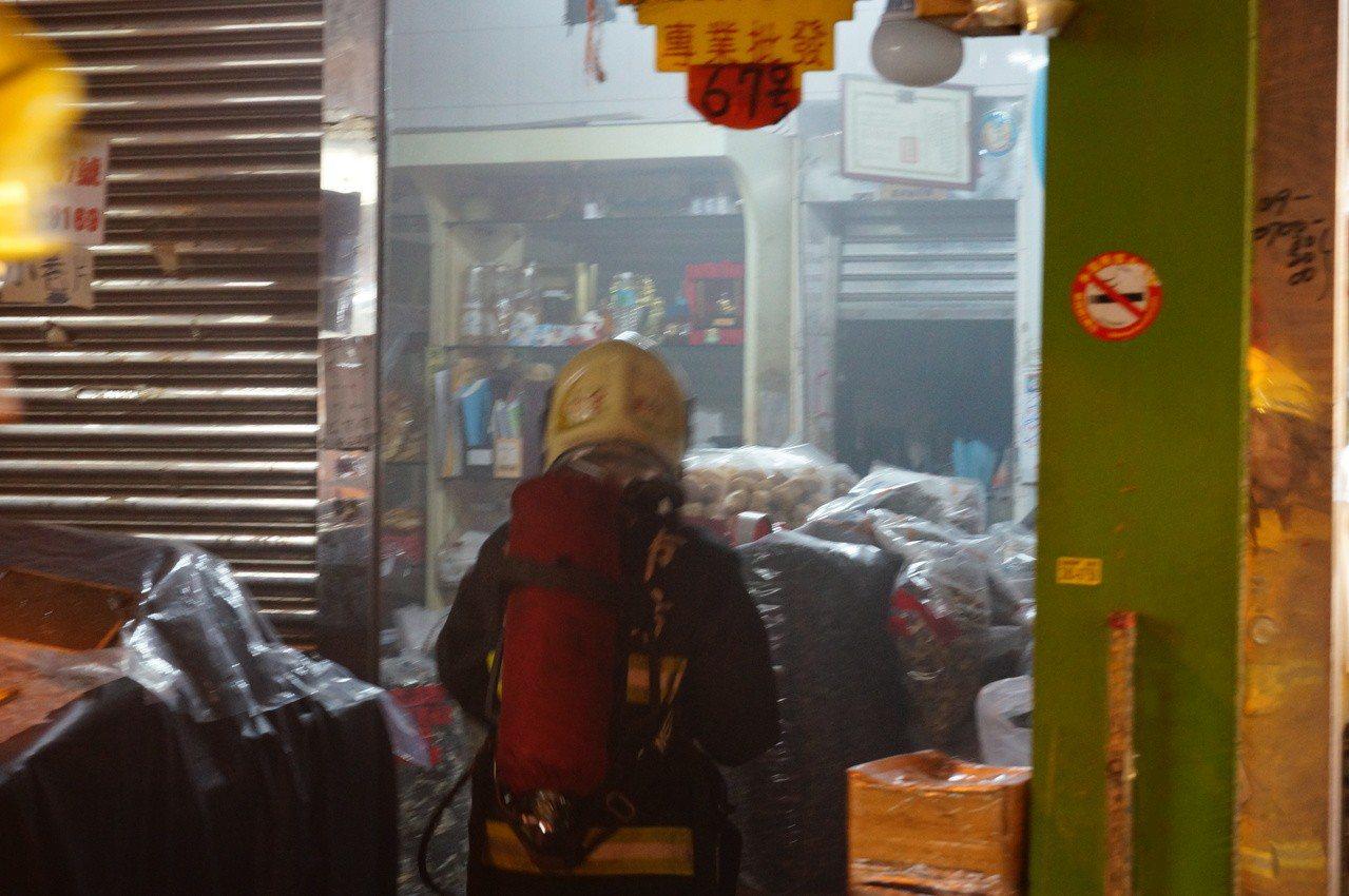 屋內濃濃白煙。記者林伯驊/攝影