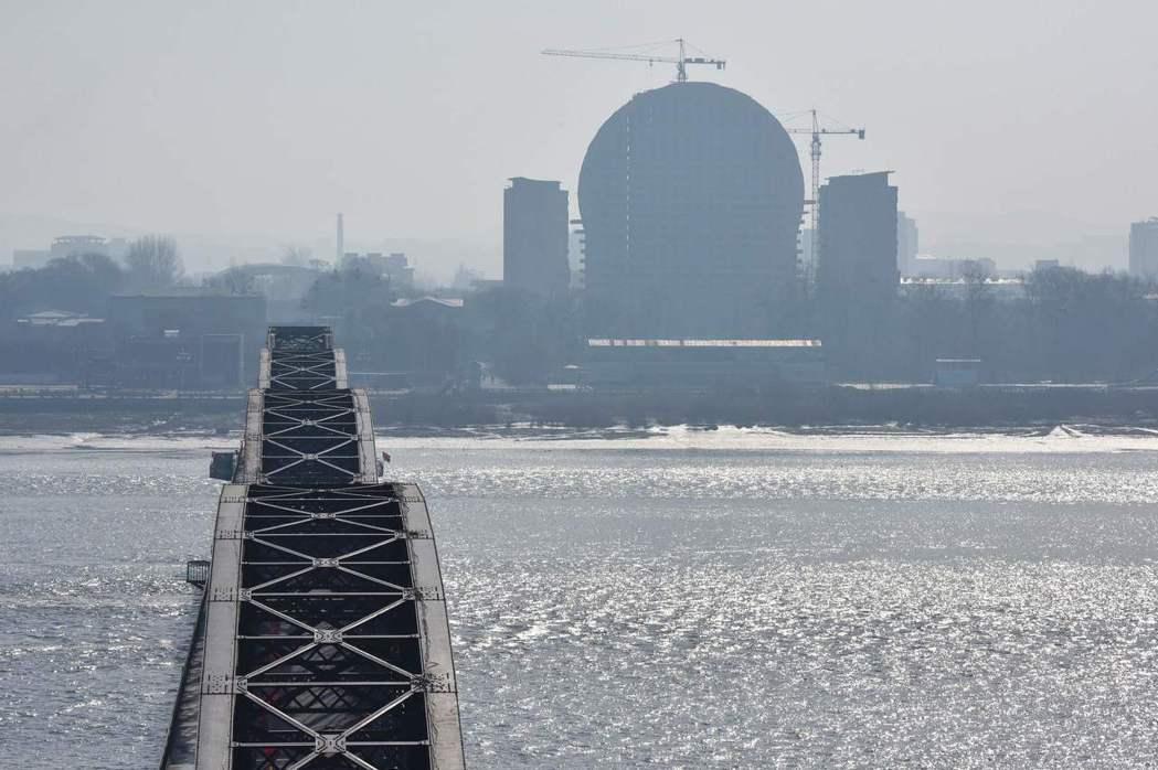 從大陸遼寧省丹東可清楚眺望鴨綠江對岸的北韓新義州。法新社