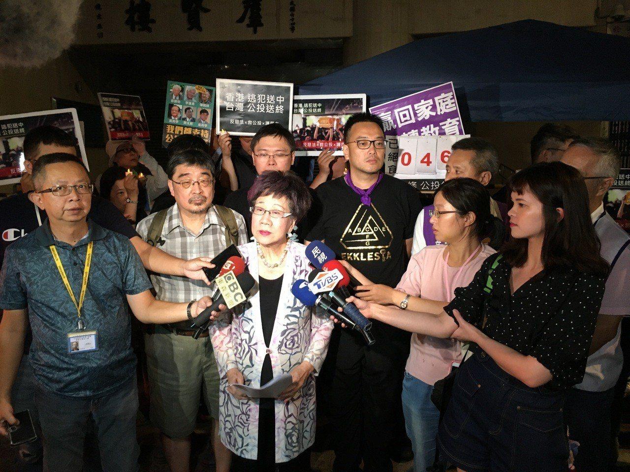 前副總統呂秀蓮前往立院聲援抗議公投法活動。記者蔡晉宇/攝影