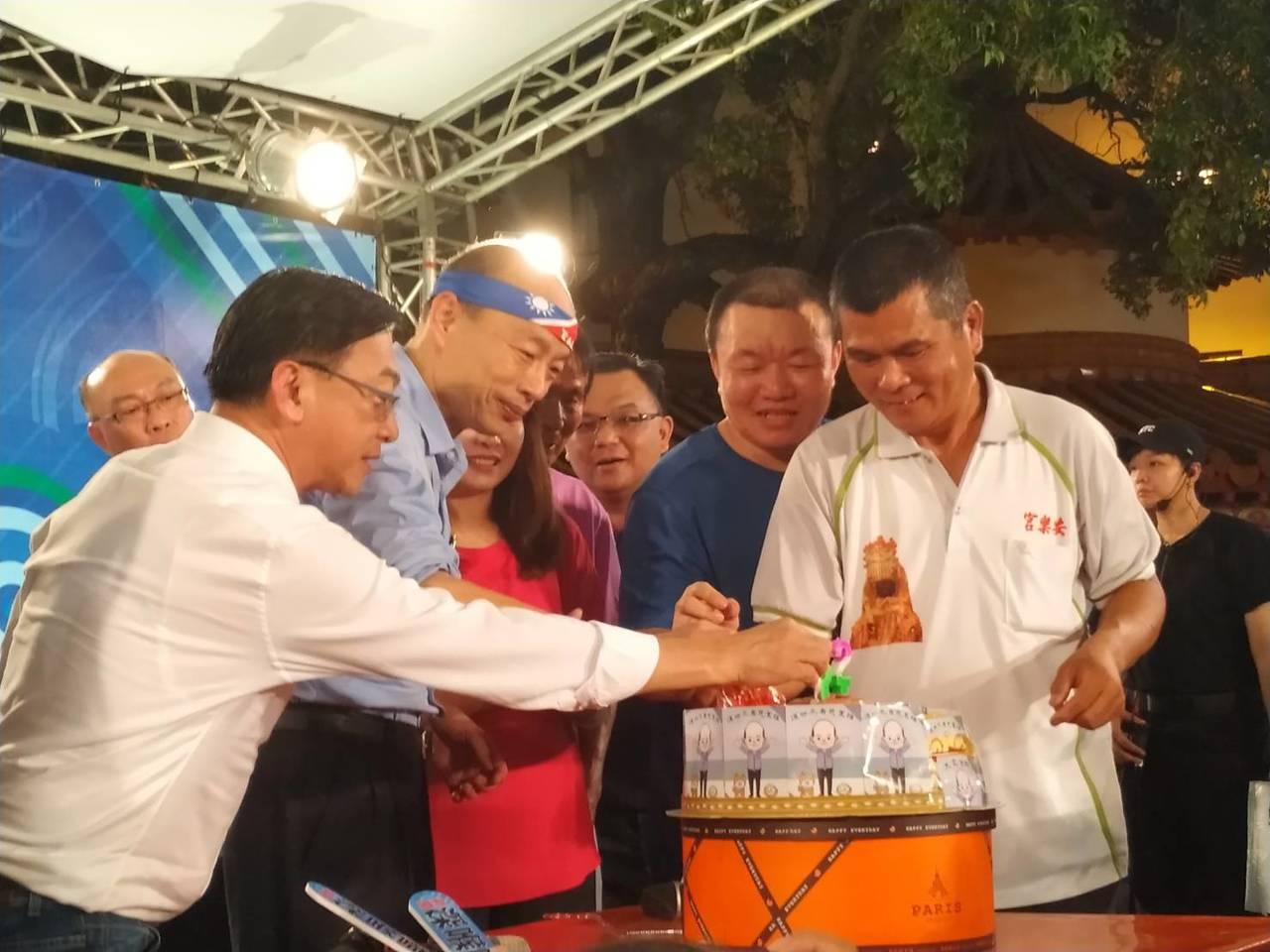 高市長韓國瑜上「新聞深喉嚨」戶外開講節目,有民眾自己做蛋糕送給今天生日的韓國瑜。...