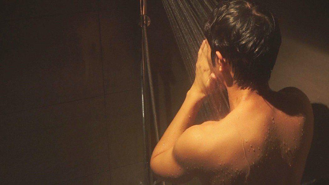 劉以豪祭出露肌洗澡戲。圖/八大提供