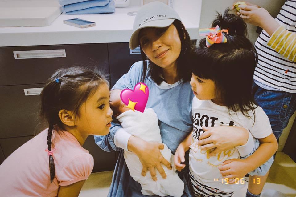 賈靜雯帶咘咘、Bo妞探望小表妹。圖/摘自臉書