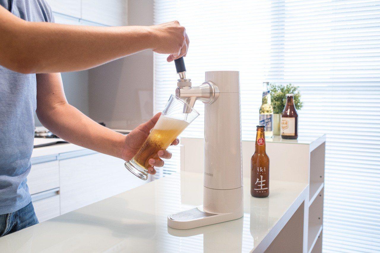 ONE amadana超音波啤酒泡泡機將罐裝啤酒注入美味。圖/群光電子提供 (※...