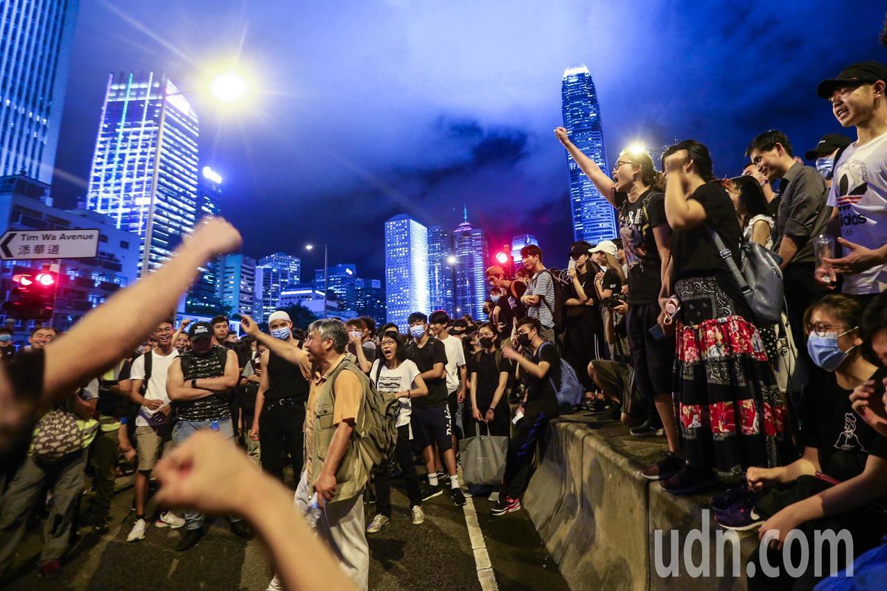 反送中示威群眾晚上依舊在立法會外聚集,遭遇意見不同的民眾,眾人齊呼口號將他勸離。...