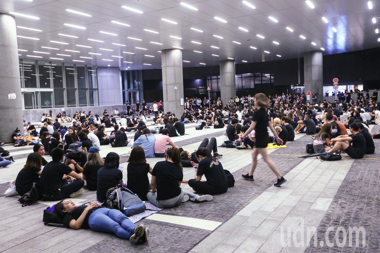 反送中示威群眾晚上依舊在立法會廣場聚集,並未撤退。特派記者王騰毅/攝影