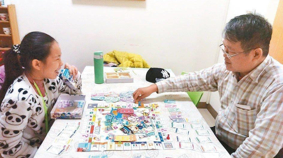 只要平日有空時,我們一起玩桌遊,桌遊浩瀚無窮,轉移孩子對手機的注意力。 圖/陳香...