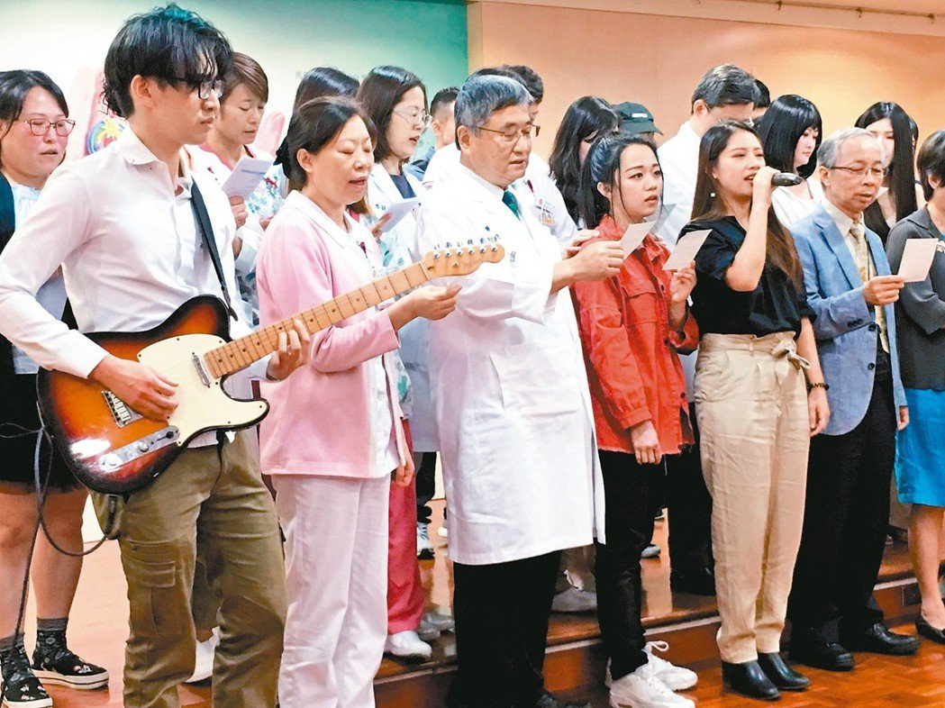 馬偕醫療團隊和塵爆傷友及其家屬合唱「回歸」歌曲。 記者鄧桂芬/攝影