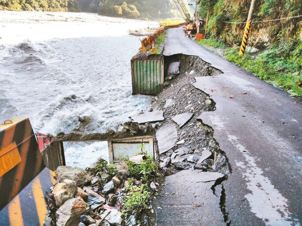 連日豪雨,中橫便道被大水沖毀。 圖/谷關工務段提供