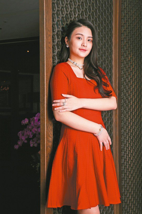 陳品兒穿Club Monaco紅色針織洋裝,配戴MIKIMOTO Boucle ...