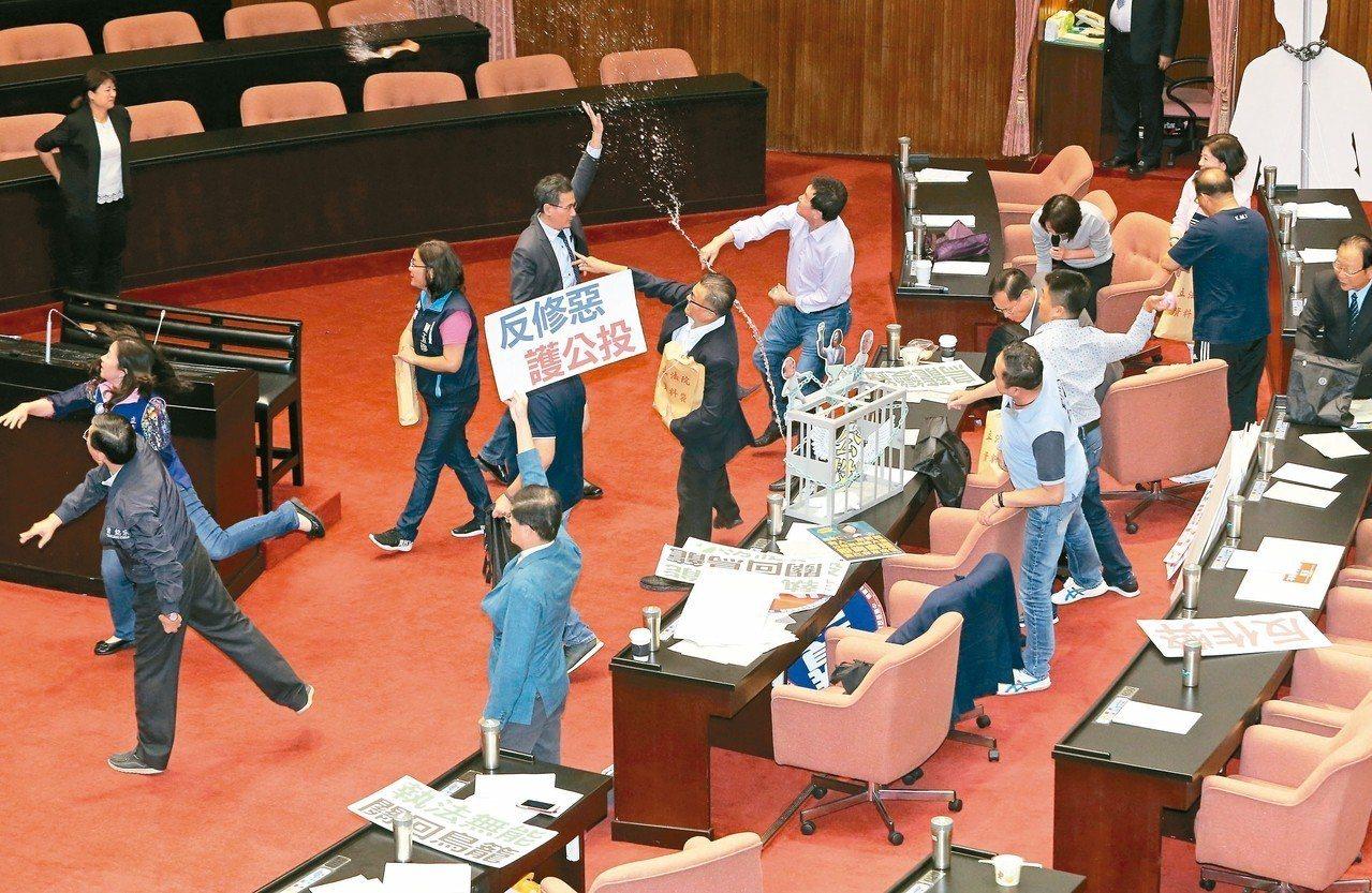 公投法昨天三讀修正通過,國民黨團丟水球抗議。 記者胡經周/攝影