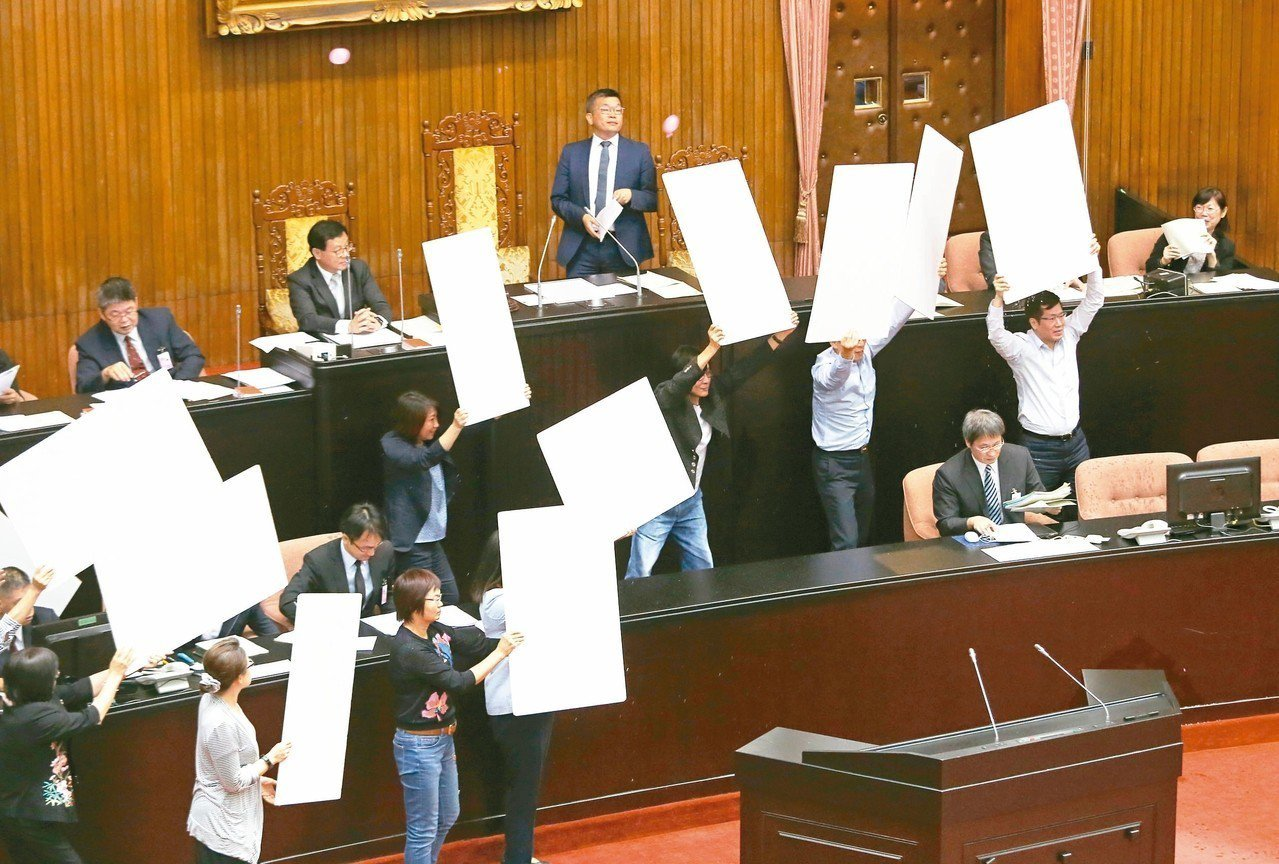 民進黨團準備保麗龍板,替主持會議的立法院副院長蔡其昌擋水球。 記者胡經周/攝影