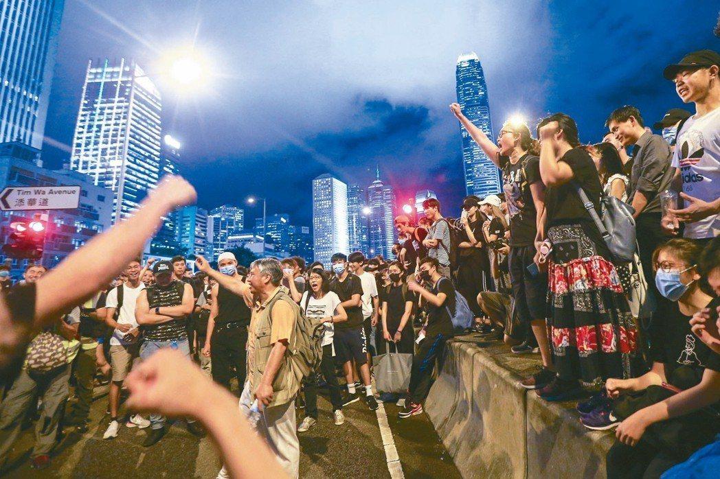 反送中示威群眾昨晚依舊在立法會外聚集,要求港府撤回逃犯條例、特首林鄭月娥下台,眾...