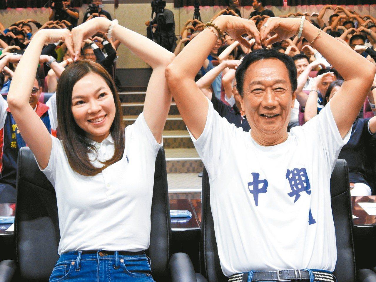 鴻海董事長郭台銘(右)的妻子曾馨瑩,昨首次陪郭跑初選行程。 記者賴香珊/攝影