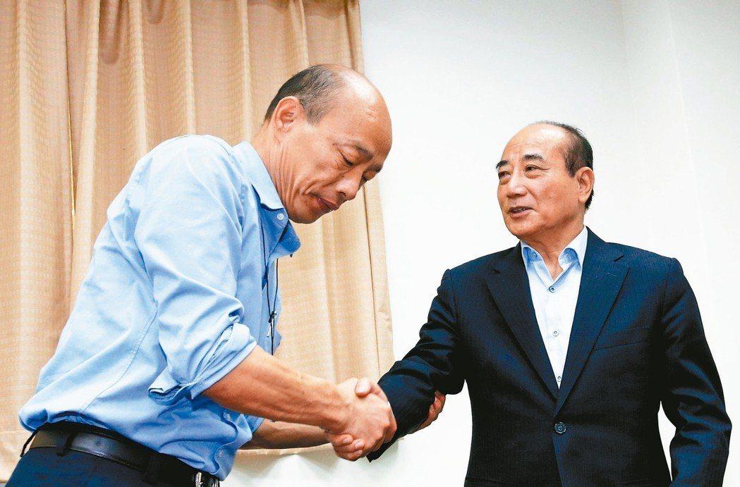 為爭取防治登革熱預算,高雄市長韓國瑜(左)昨臨時前往立法院,也特別拜會立院前院長...