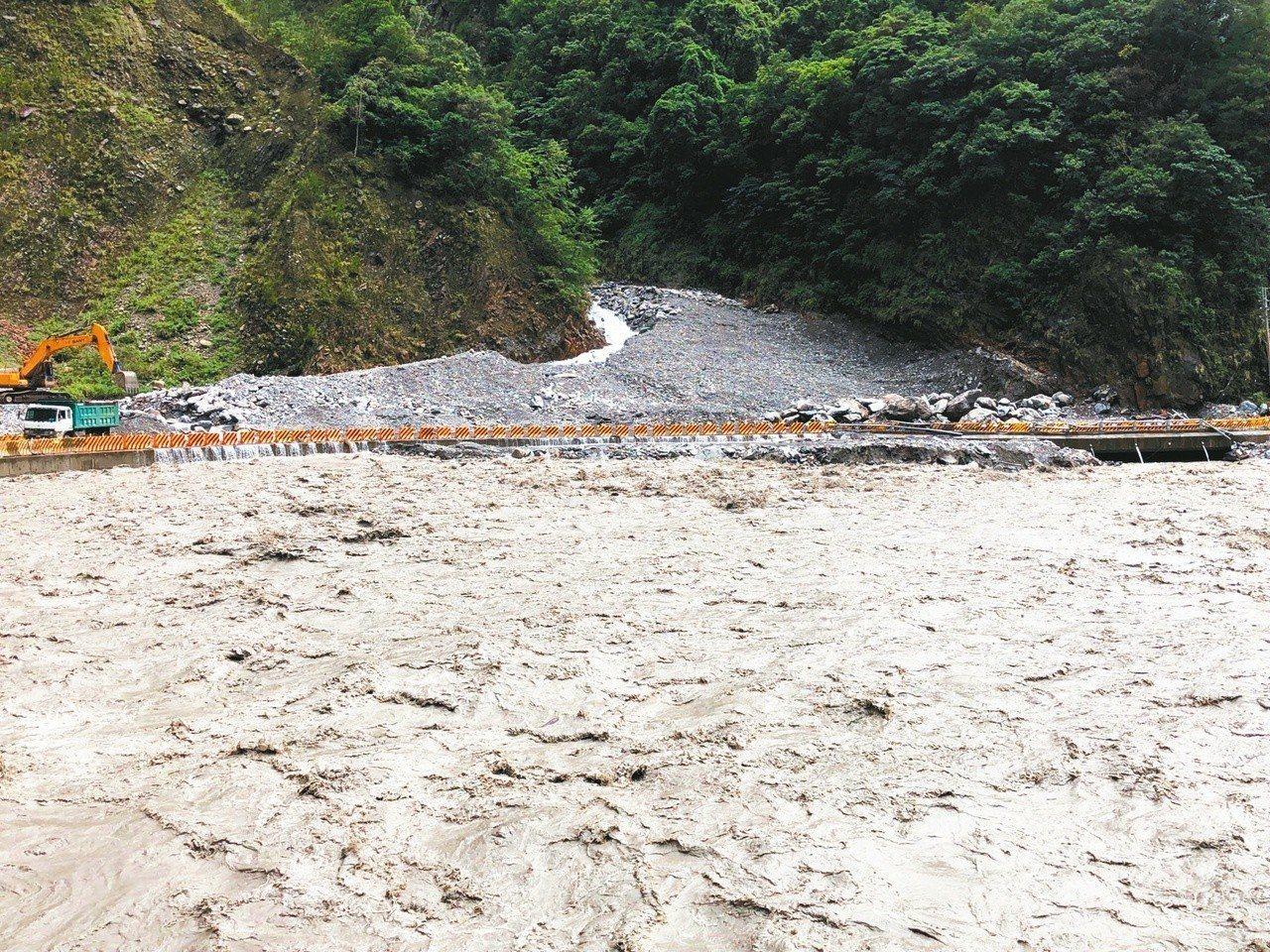 連日豪雨,德基水庫的水量幾乎與路面看齊。 圖/谷關工務段提供