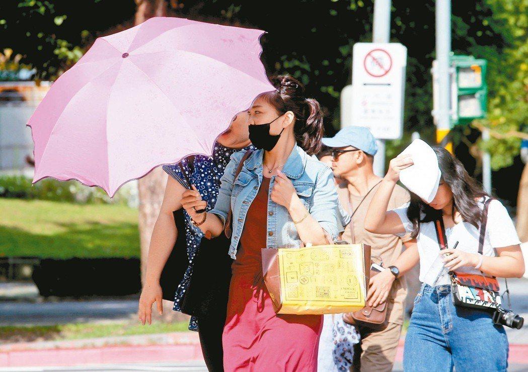 台北盆地有雙北二都,人口占全台近四分之一,熱島效應也最嚴重,退燒不易。多項研究都...