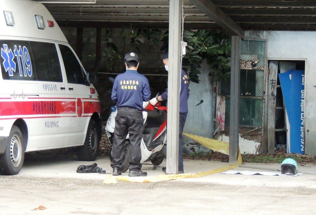 警方對唐婦的機車、安全帽等物品採證。記者羅紹平/攝影