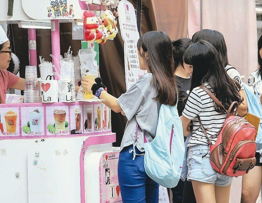 台灣大街小巷隨處可見飲料店,經濟部統計處表示,飲料店營業額更自2005年以來逐年...