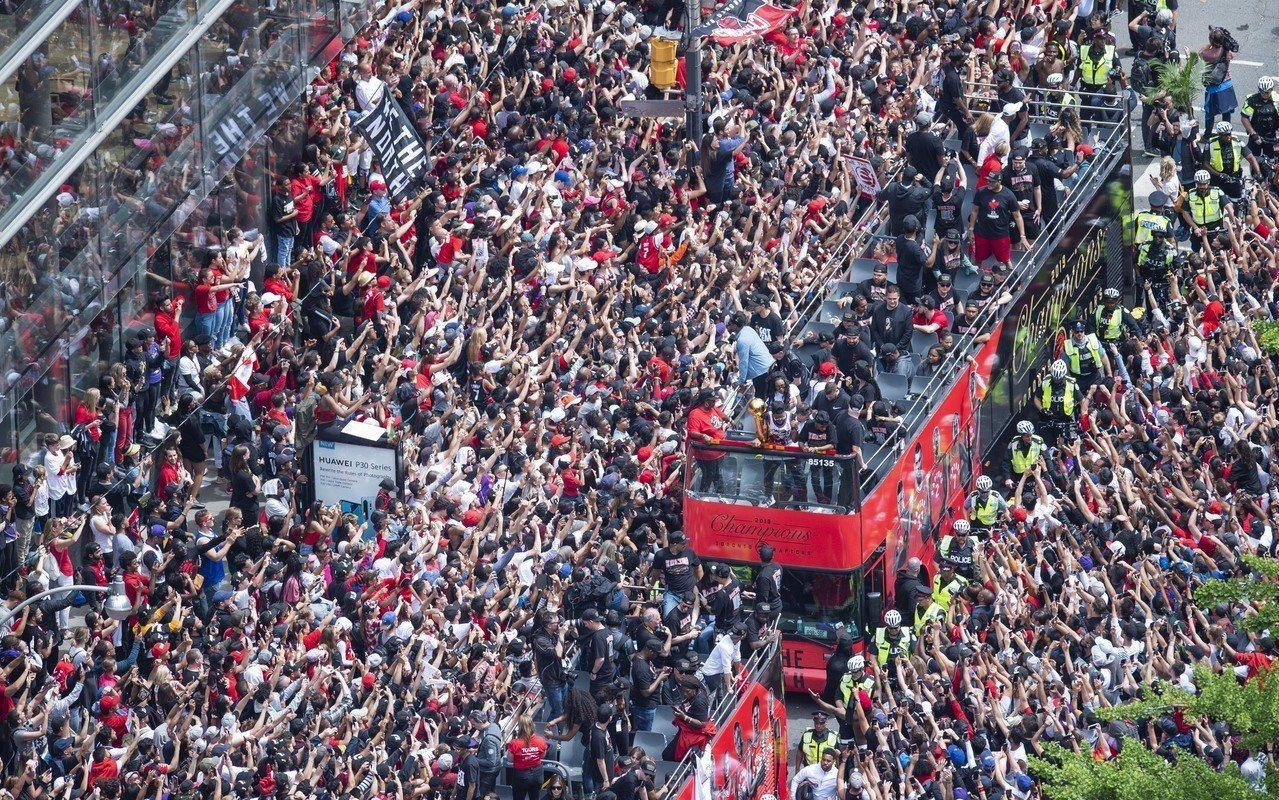 暴龍的封王遊行在多倫多市中心舉行,球員搭乘雙層露天巴士和球迷共享榮耀。 美聯社