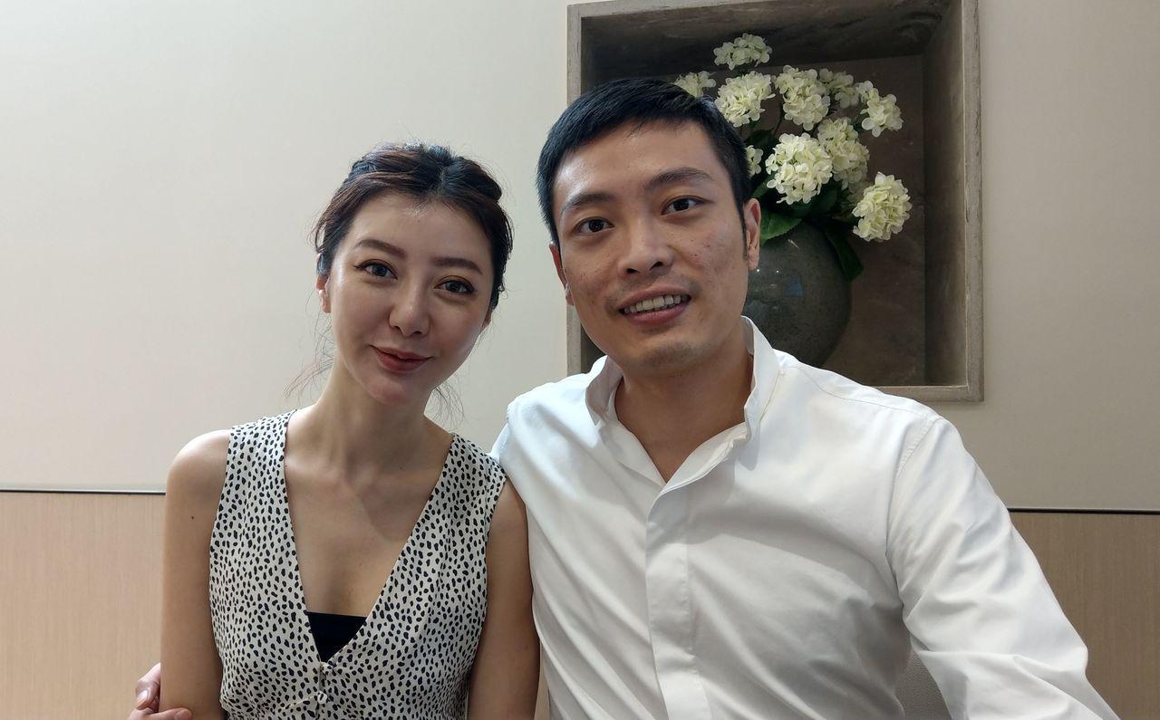 陳姓香港籍美術設計公司老闆(右)與妻子(左)合影。記者趙容萱/攝影