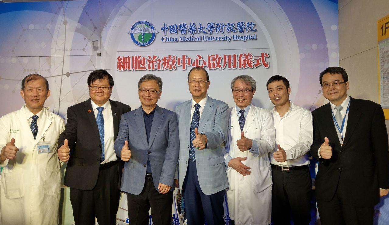 中國醫藥大學附設醫院細胞治療中心今啟用,陳姓香港籍美術設計公司老闆(右二)接受自...