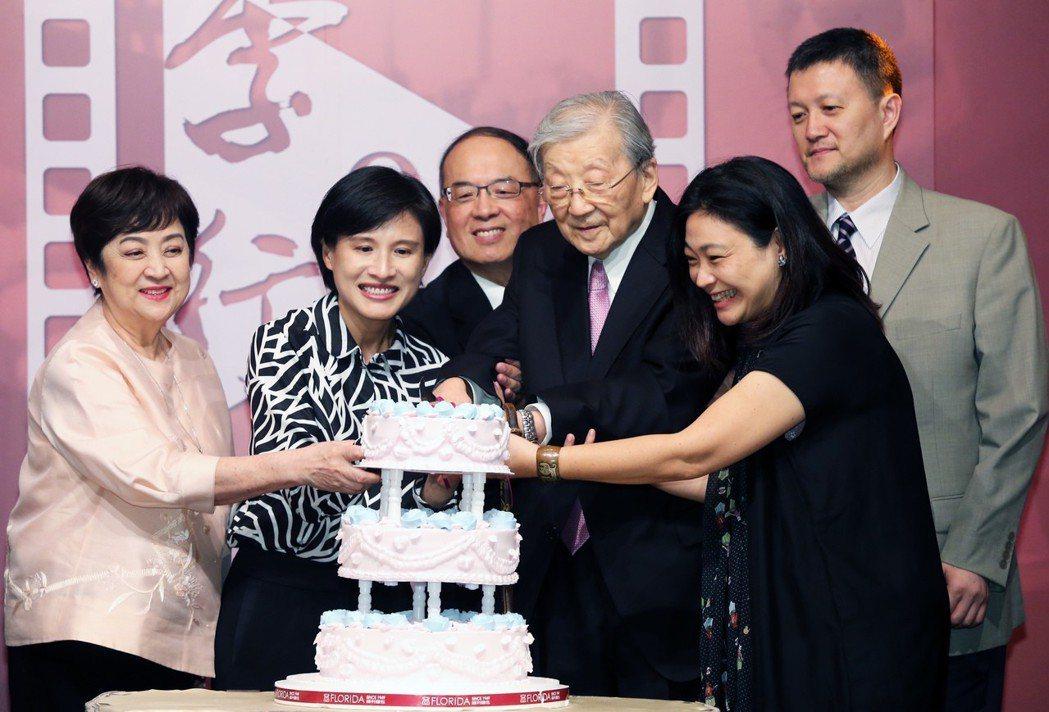 導演李行(右三)與資深影人甄珍(左ㄧ)文化部長鄭麗君(左二)等人共切生日蛋糕。