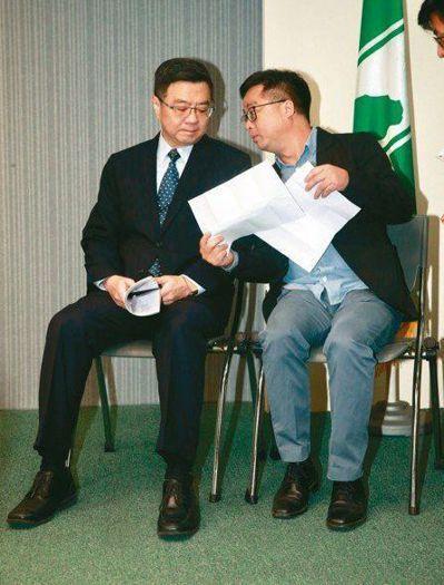 民進黨主席卓榮泰(左)、秘書長羅文嘉公布初選民調,引起各界質疑,著名的民調專家台...
