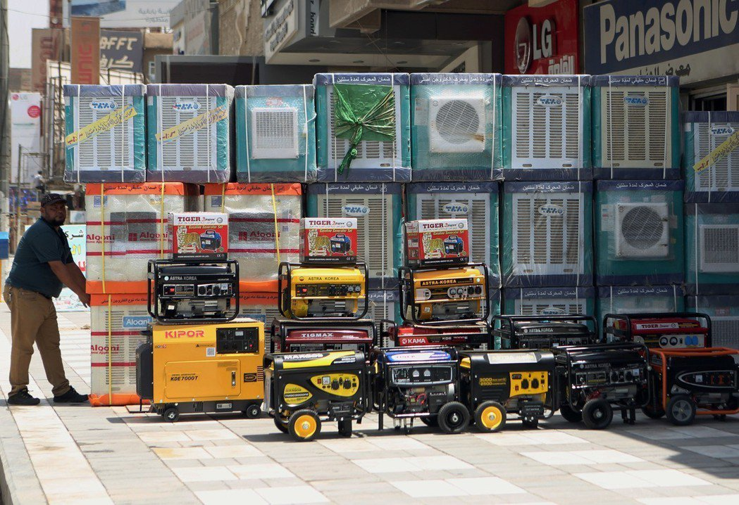 巴格達街頭電器行陳列的冷氣機和發電機,但很多人負擔不起。(美聯社)