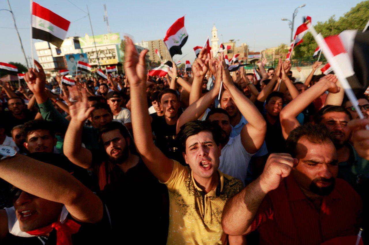 伊拉克民眾去年因受不了經常停電上街示威。(路透)