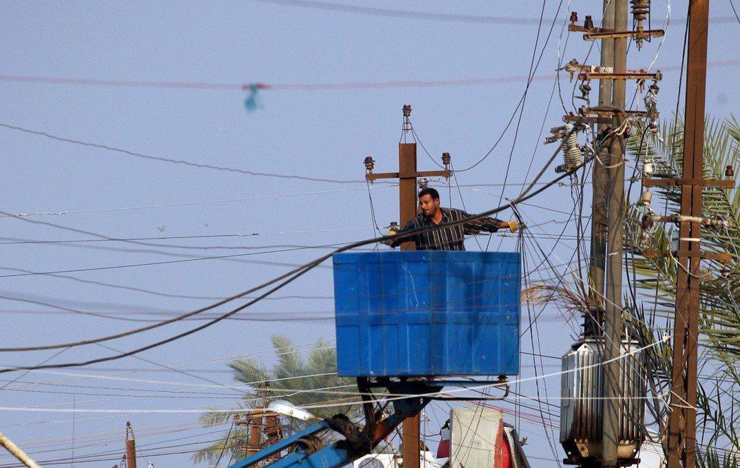 伊拉克電網線路老舊,電力還未送到各個家戶前就損失約4成發電量。(法新社)