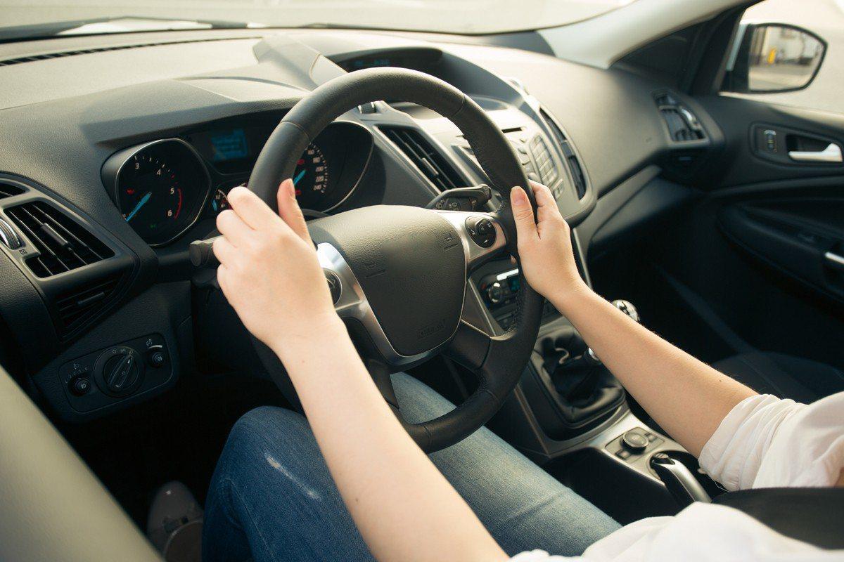 一名女教師開車時疑因低頭撿藥袋,一時分心撞上護欄翻車,幸好僅受輕傷。示意圖/in...