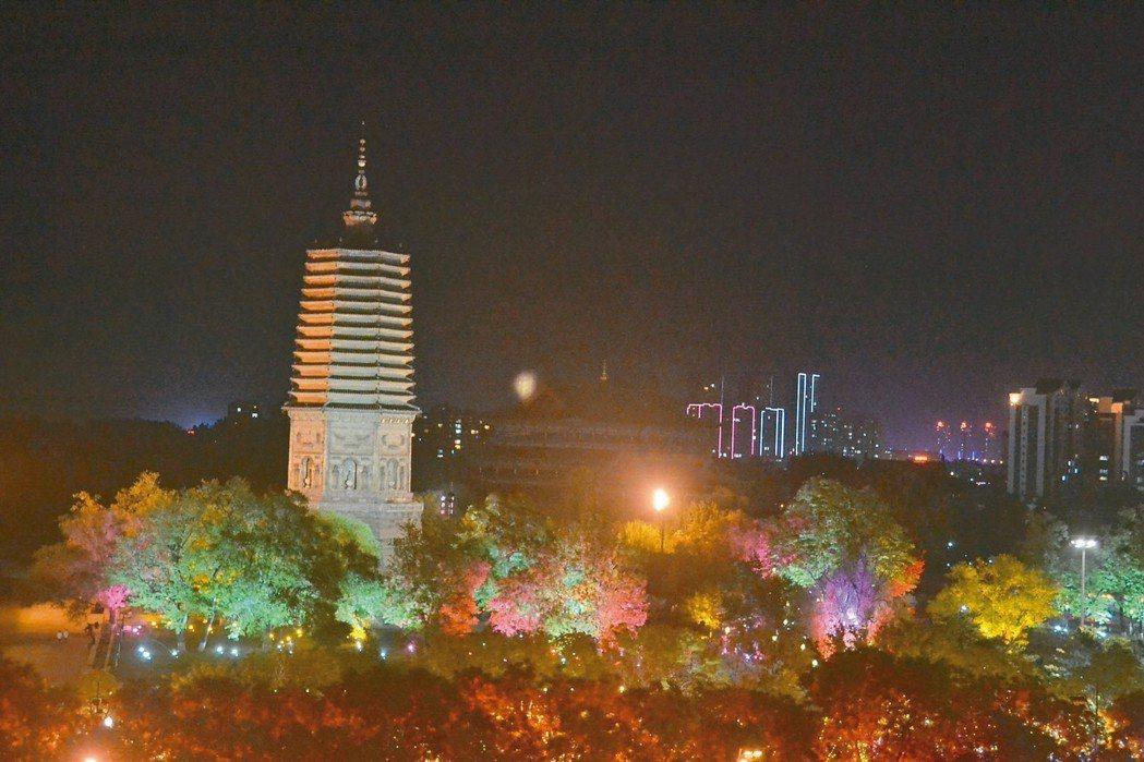 夜色下的白塔,被七彩樹圍繞。 特派員王玉燕/攝影