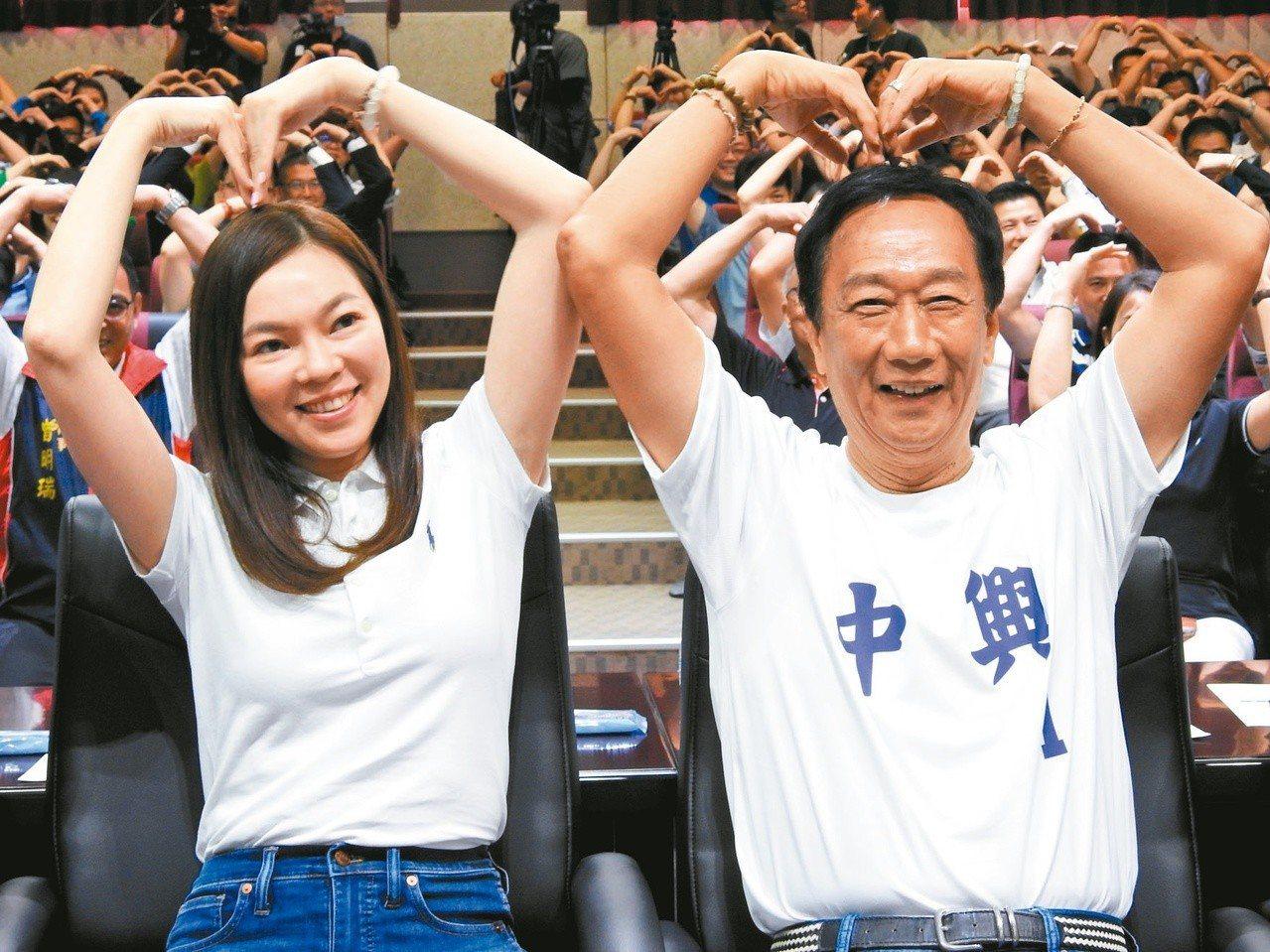 鴻海董事長郭台銘(右)的妻子曾馨瑩,昨首次陪郭跑初選行程。記者賴香珊/攝影