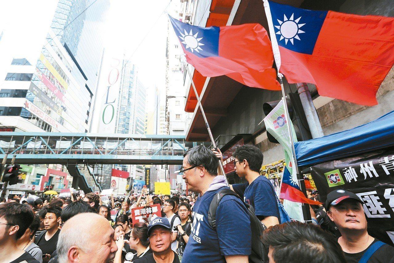 香港16日的「反送中」示威遊行,可以看到中華民國的國旗。 路透