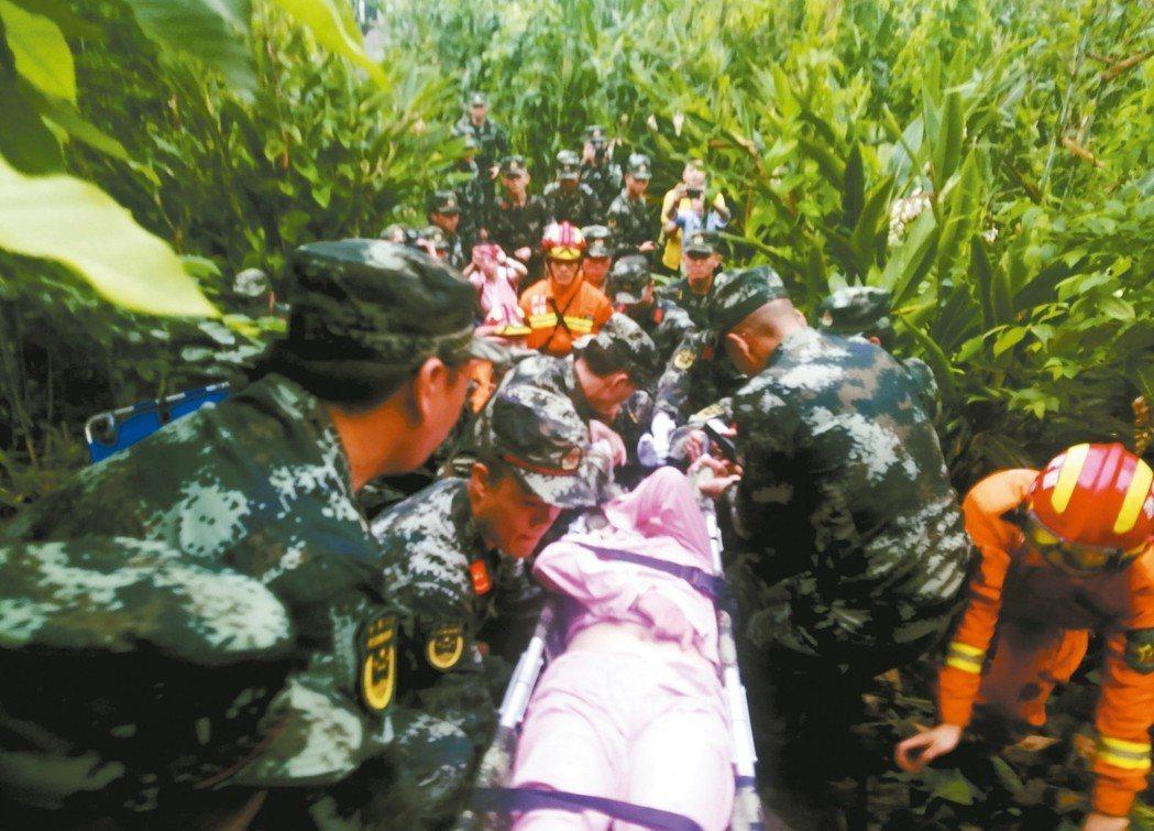 四川省宜賓市長寧縣17日發生6.0級強震,救難人員搜救被困的民眾。 新華社