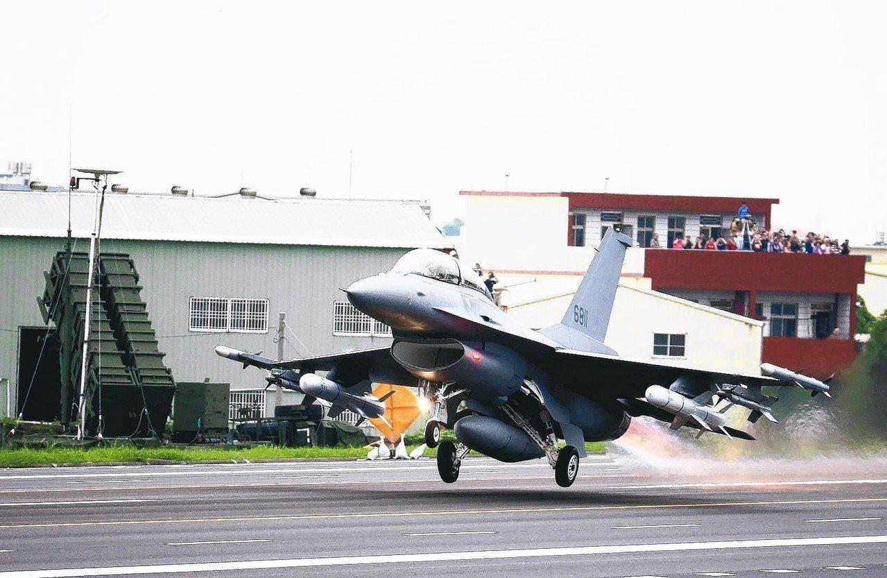 華爾街日報報導,美國川普政府內部對於是否對台軍售意見分歧。圖為F-16V戰機。 ...