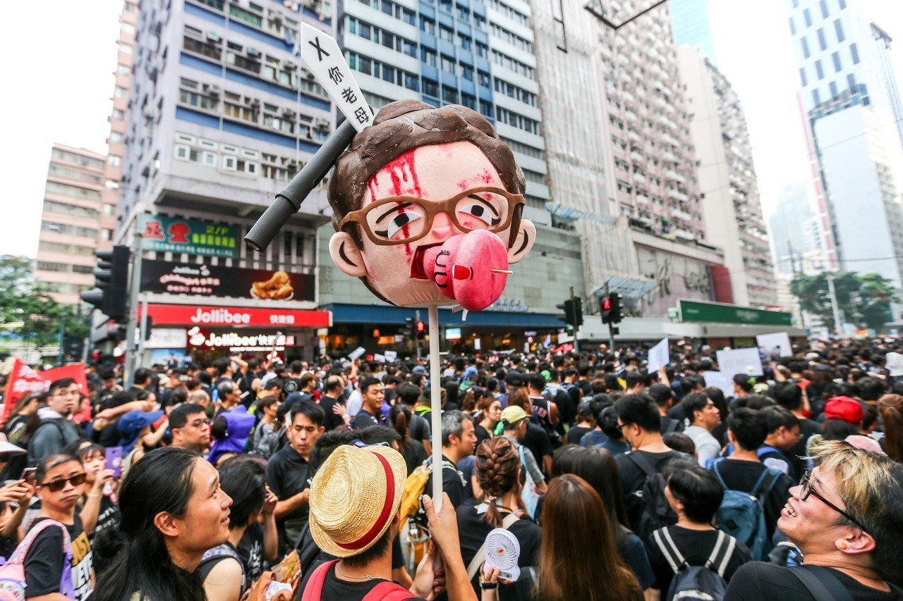 香港反送中大遊行16日參與人數再破百萬,民眾自製染血的香港特首林鄭月娥的公仔頭引...