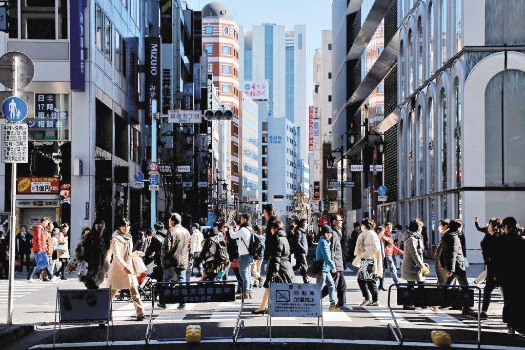 日本20多歲到40多歲未婚男女不結婚,主要理由是「遇不到合適對象」,以20多歲年...