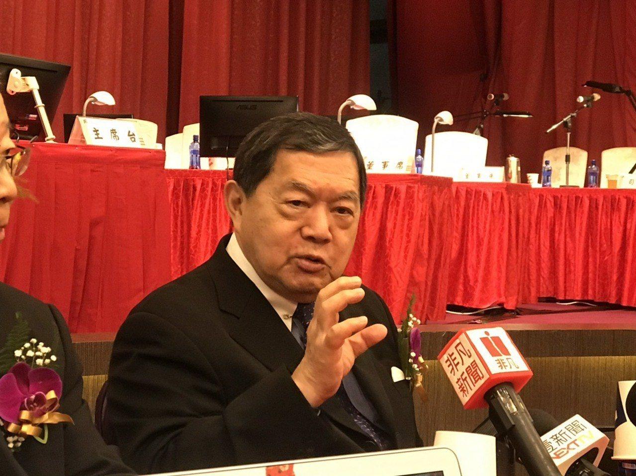 鴻海董事長郭台銘先前勉勵大學畢業生,「每天工作16小時不放假且持續45年,未來將...