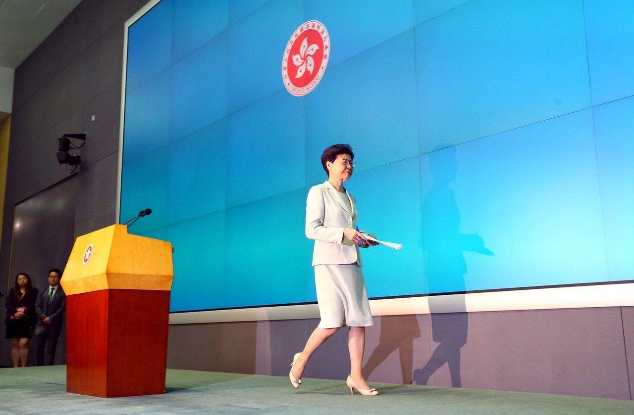 香港特首林鄭月娥在政府總部舉行記者會,「向每一位香港市民真誠道歉」,正式就逃犯條...