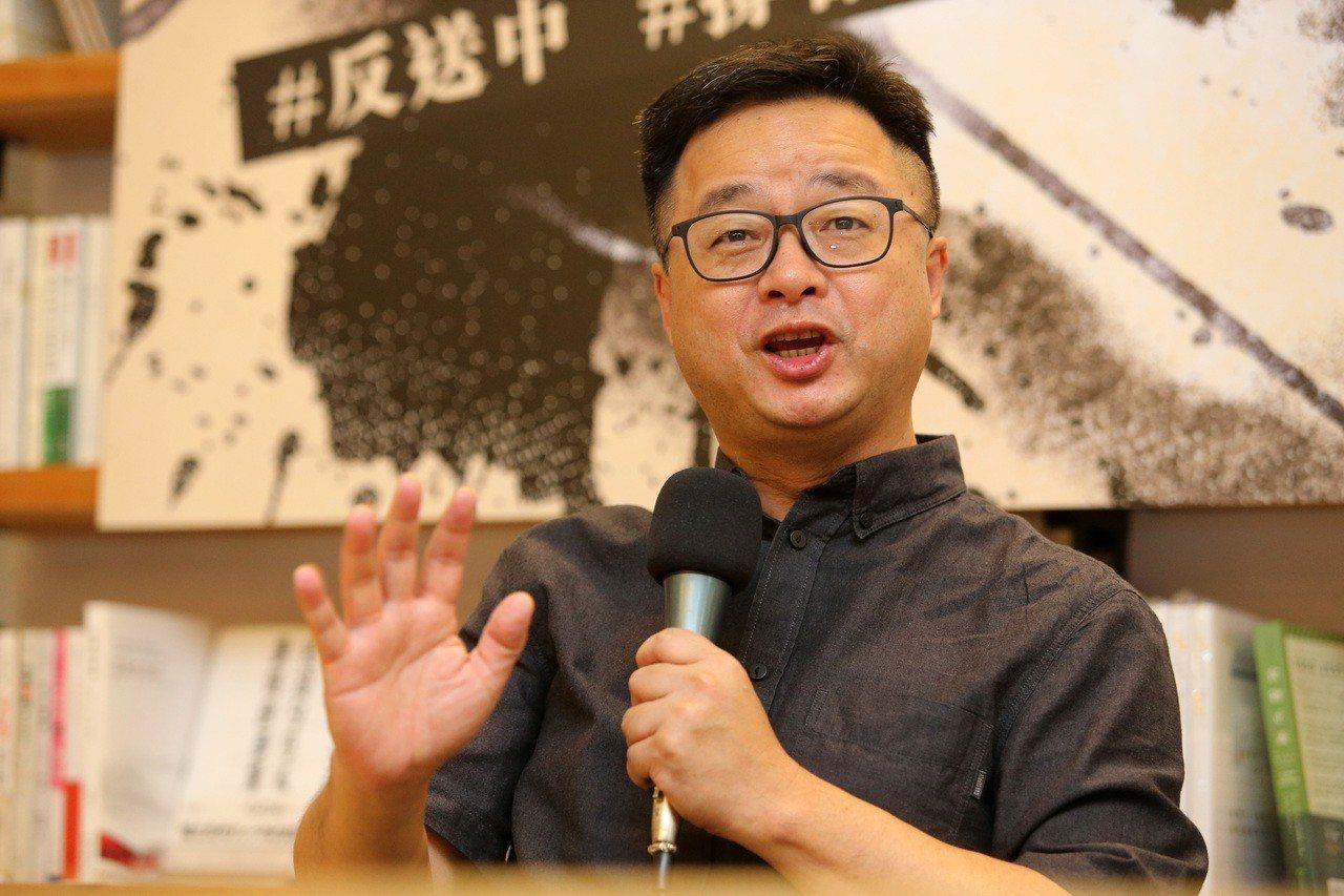 民進黨秘書長羅文嘉(圖)與流亡在台的香港銅鑼灣書店店長林榮基,進行兩個書店老闆對...