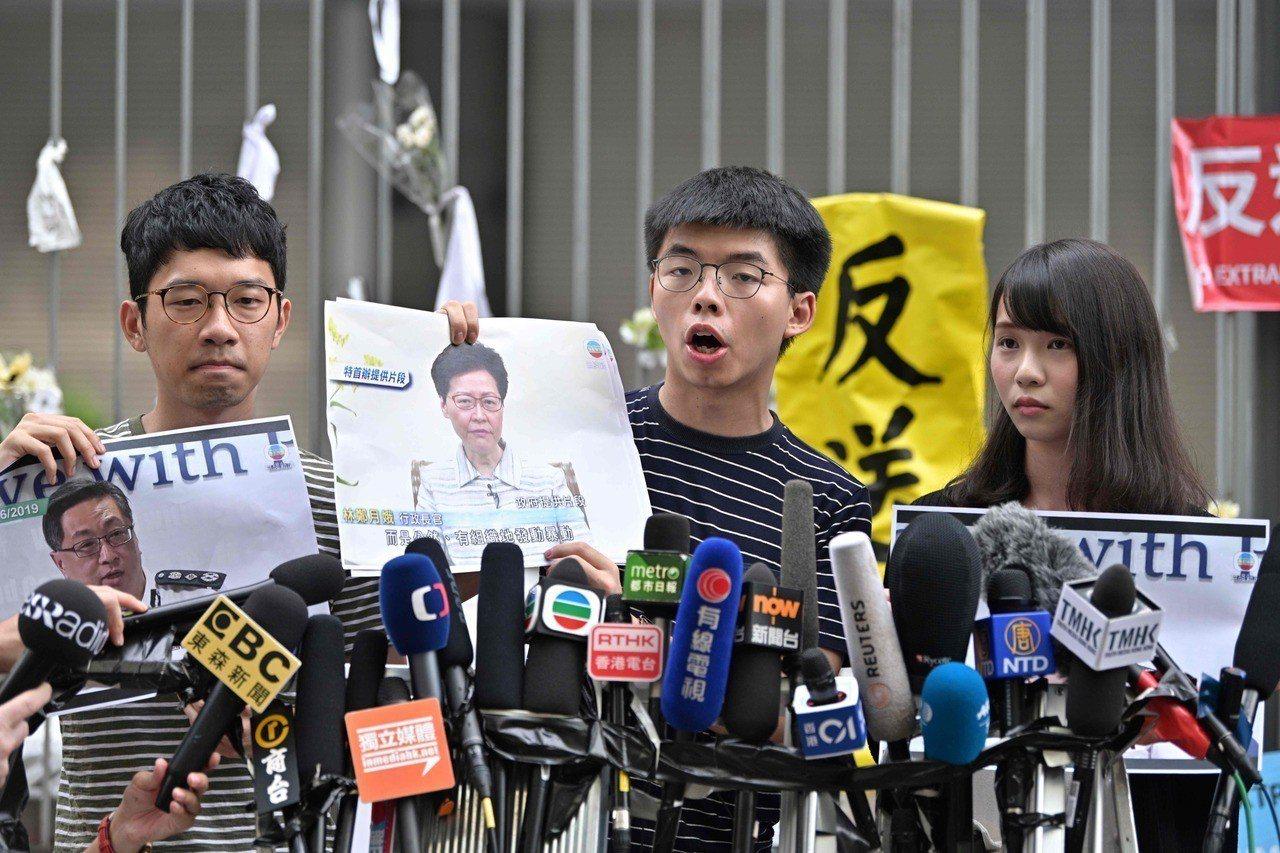 剛出獄的香港眾志秘書長黃之鋒傍晚表示,200萬人遊行只換來她「不真誠和虛偽的道歉...