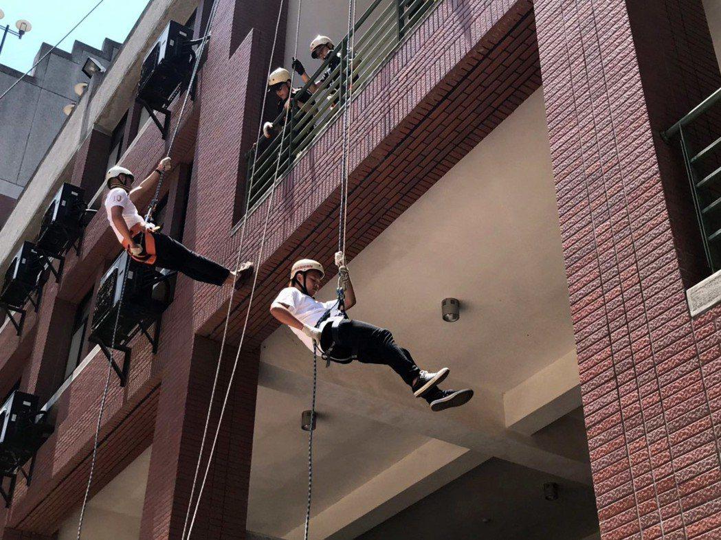 大葉大學消防學程畢業生挑戰高樓垂降關卡。 大葉大學/提供。