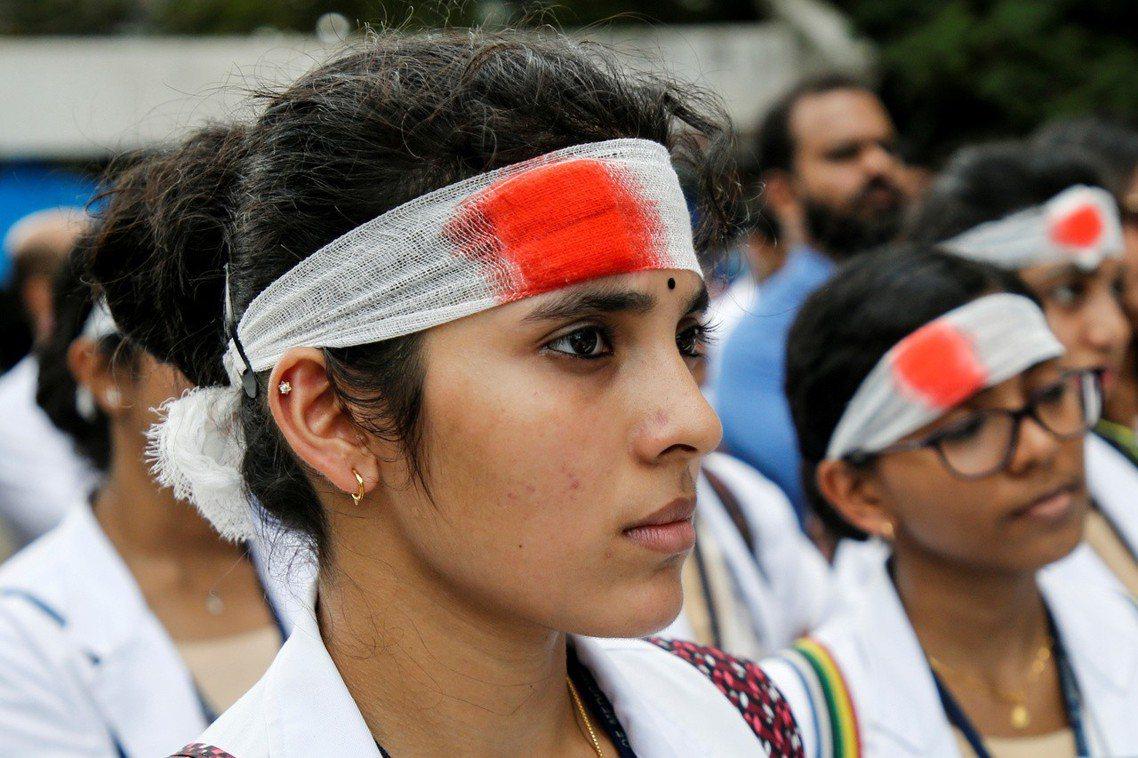 「我們是救你命的醫生,不是恐怖份子!」印度17日發動全國醫生大罷工,抗議針對醫療...
