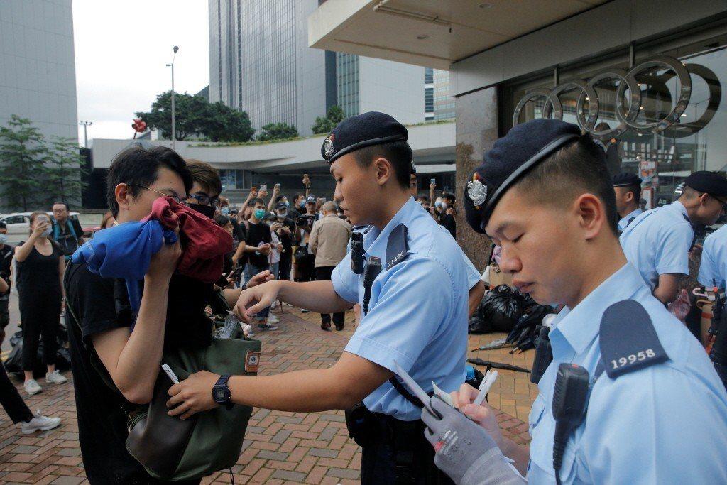 在6月12日港警與香港市民爆發激烈衝突後,警方開始針對市民任意盤查與搜索。 圖/路透社