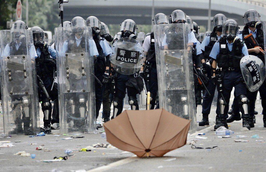 反送中引發港警鎮壓手段是否過當的爭議,而在台灣這頭,則有員警在群組傳布「警察就要挺警察」之言論。 圖/美聯社