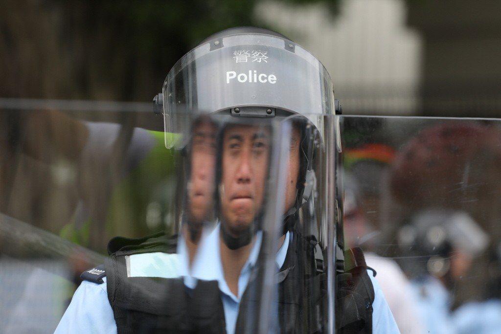 身穿制服的警察,服膺的到底是法律還是權力? 圖/路透社