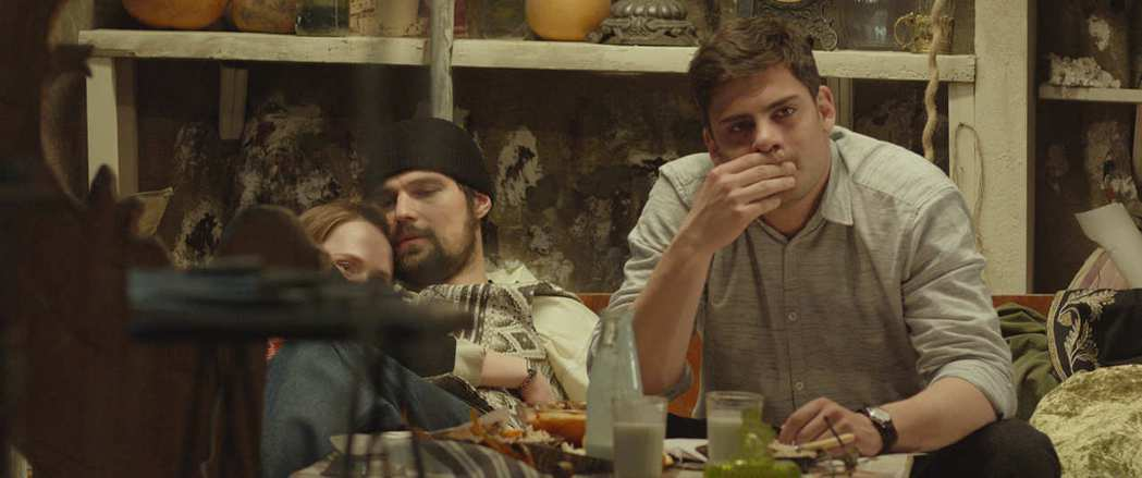 多甫拉托夫畢竟仍較為幸運的是,在他身邊始終有一群真心相待的文學青年、藝術家好友和家人。 圖/佳映娛樂提供