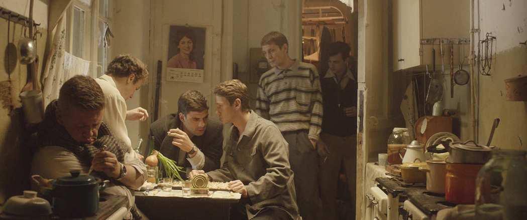 即便是在最失意落魄之時,他們亦可相約知交三兩人,隨便找個地方就開Party,彼此對酒當歌。 圖/佳映娛樂提供